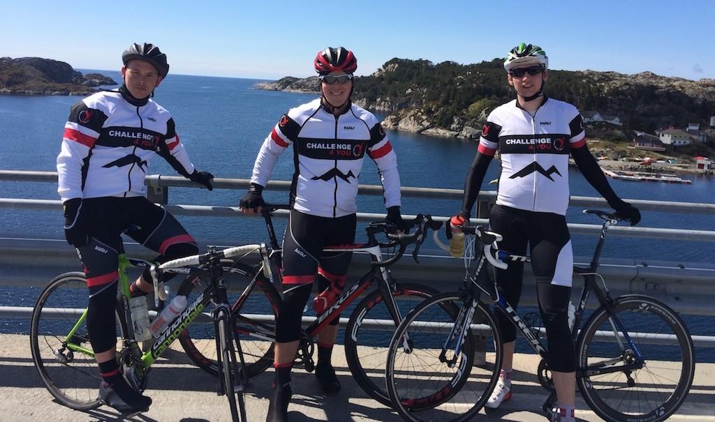 Morten, Stian og Daniel poserer forran den magiske utsikten i havgapet