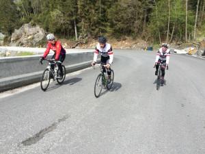 Ørjan, Morten og Jorunn klatrer bakkene på vei mot Hodnanes