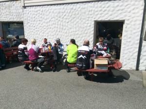 Pause hos Bjarne på skjæret som stiller velvillig med kaffi til heile gjengen